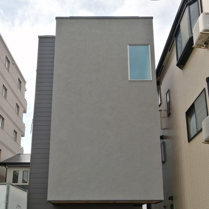 外観正面 グレーの塗り壁とブラックのガルバリウム