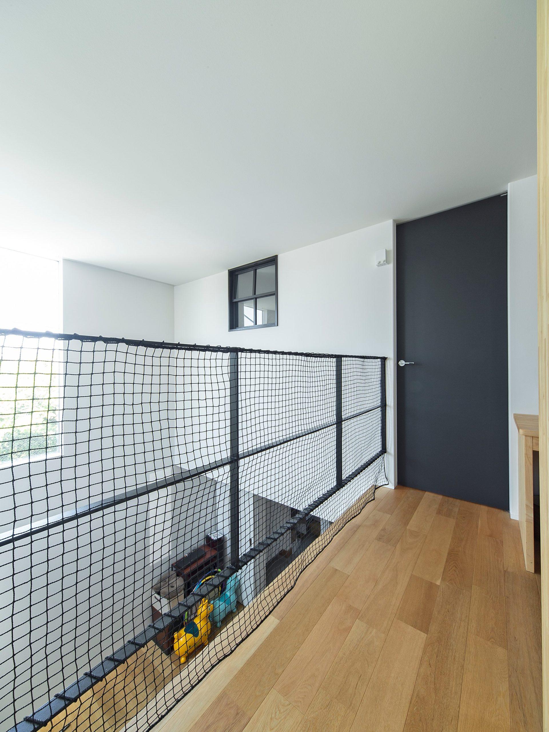 2階の空間も吹抜けを通じてつながりのある空間に。これも断熱性能の高い家だからできる間取りです。