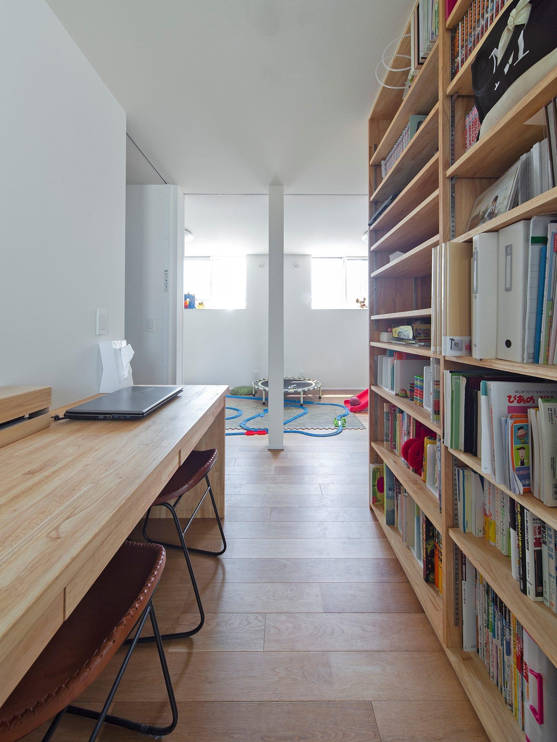 ファミリースペースに設けた本棚は家族みんなの思い出や本を共有する場所です