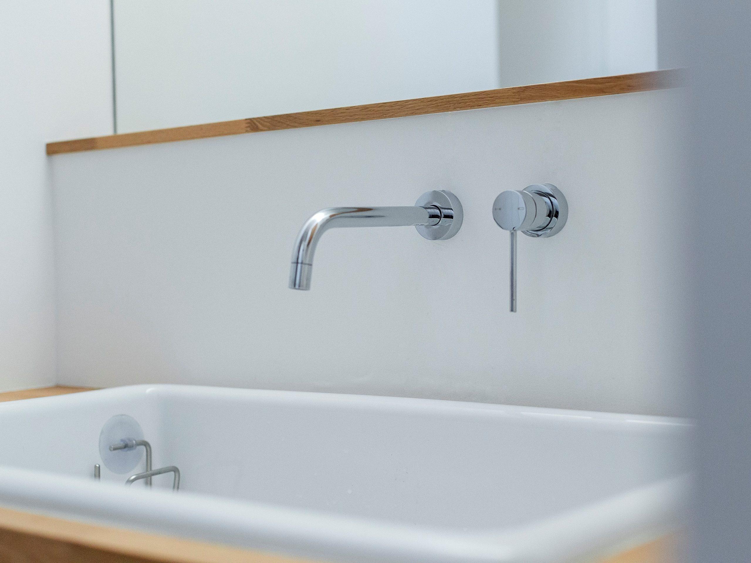 造作洗面台に使用した実験用シンク。ハードに使って大きなものも洗えるので便利です