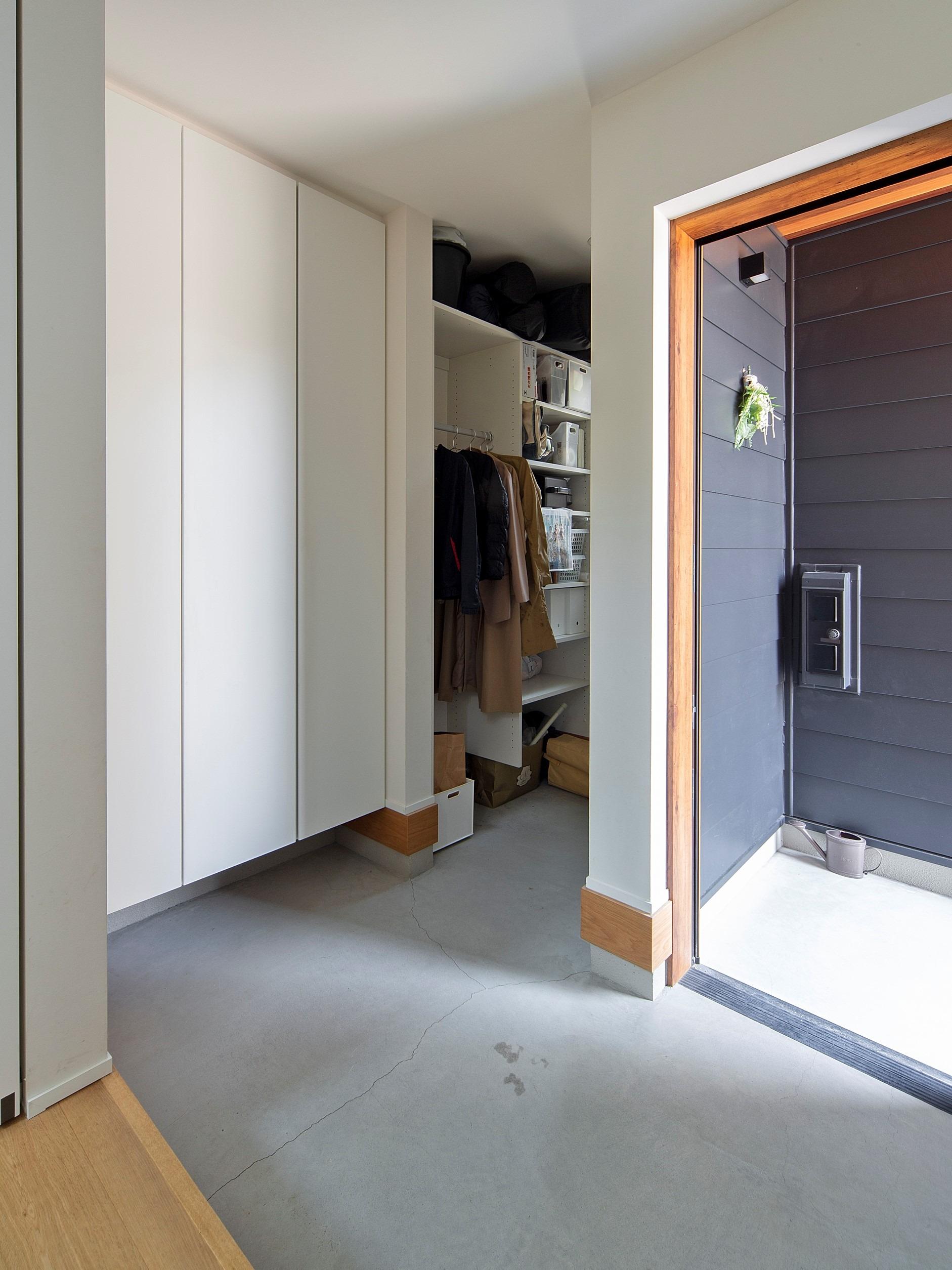 玄関土間は広々とモルタルで仕上げ、家族の収納スペースもたっぷりと