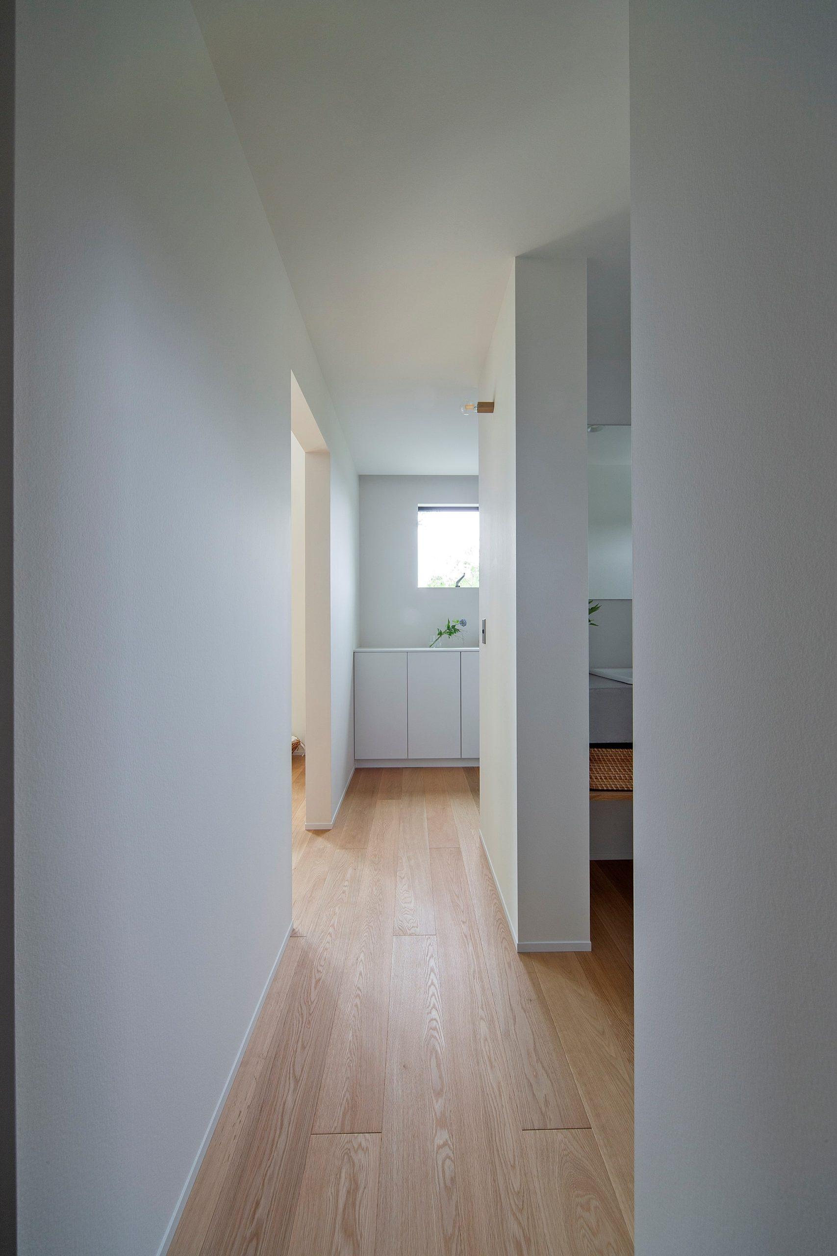 漆喰で仕上げた壁。光を拡散する天然素材の上質な空間をご体感ください。