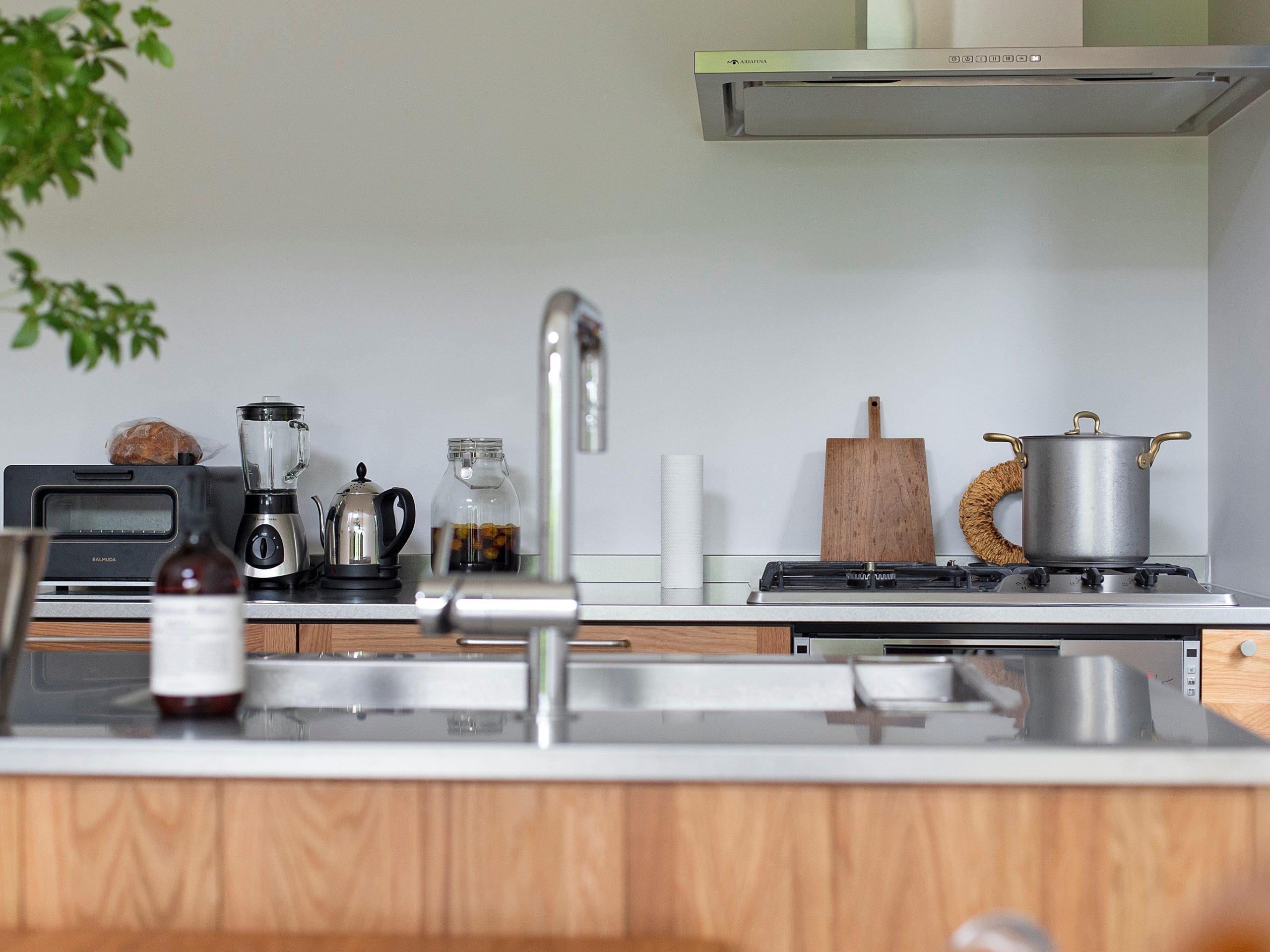 キッチンはオープンに、シンプルにまとめています。シンプルな空間に生活の道具も映えます
