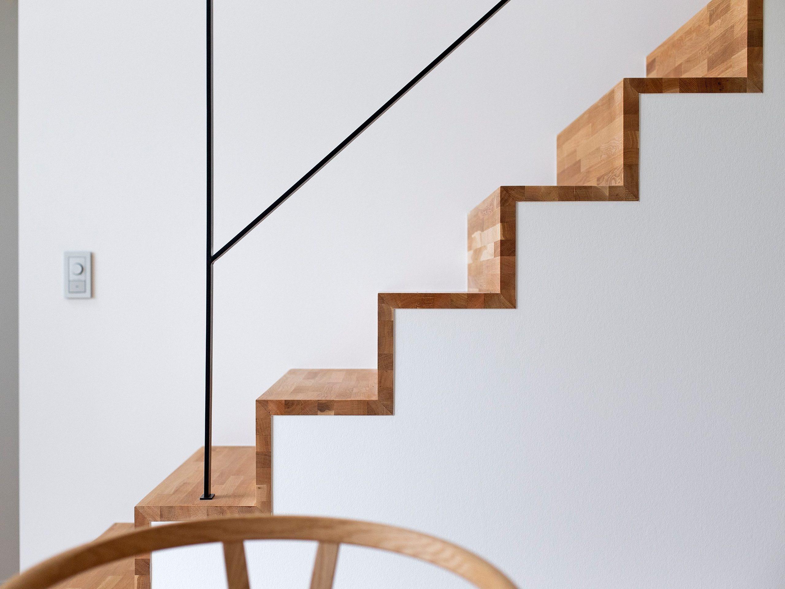 造作の階段は繊細なアイアンの手すりと魅せる段板で印象的に