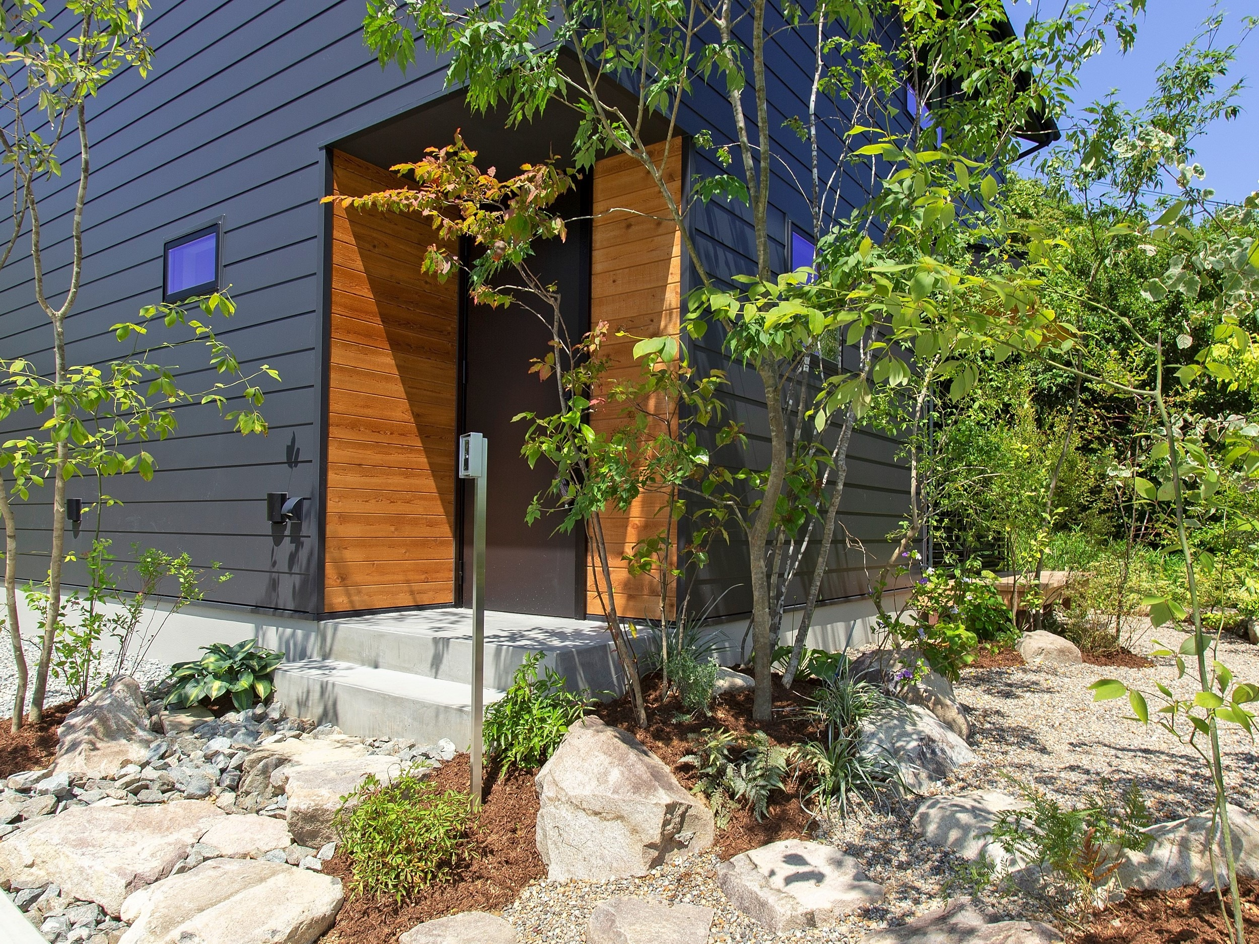緑豊かなアプローチの先に家があります