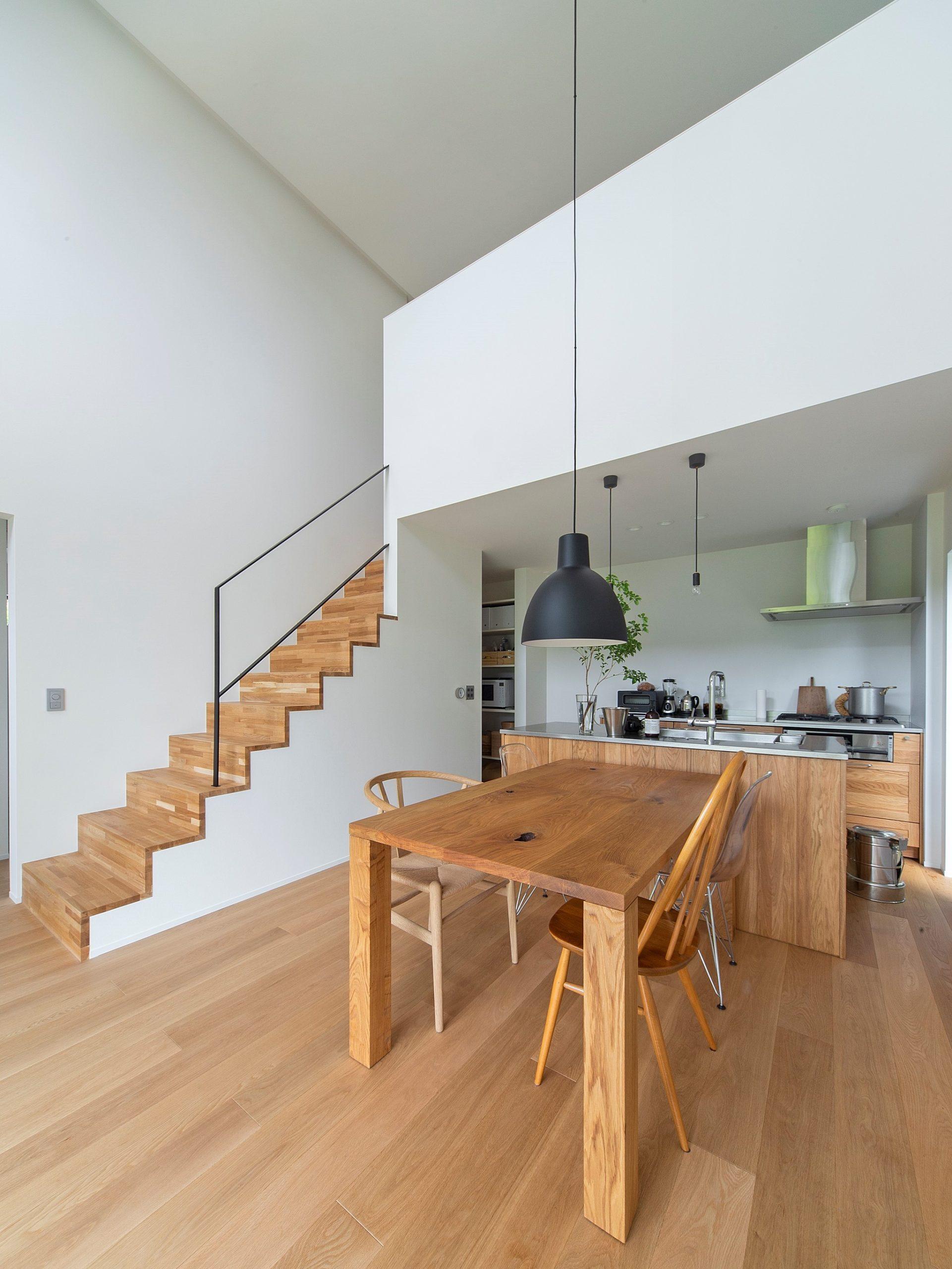 印象的な造作の階段が家の中心に。ここちよく気持ちの良い空間を彩る要素です。