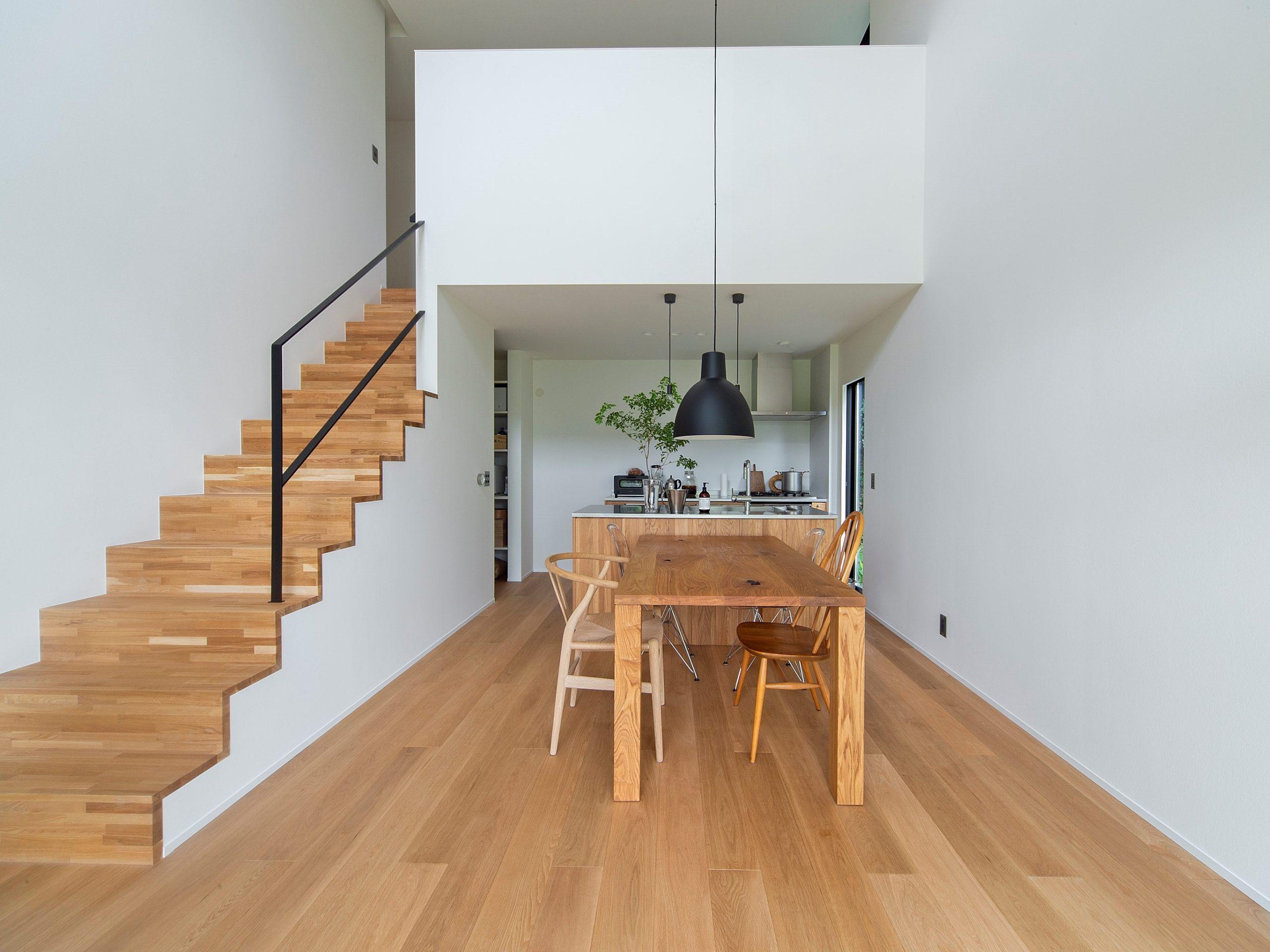 無垢のオークを使用したフロアと漆喰の壁でシンプルで心地よい空間を